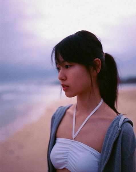 清純な白い水着を可愛く着こなす戸田恵梨香